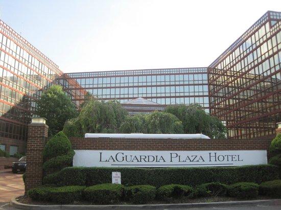 LaGuardia Plaza Hotel - New York: Hotel front