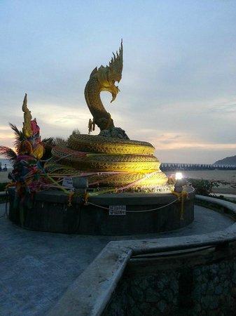 Baan Karonburi Resort: Перед отелем пляж