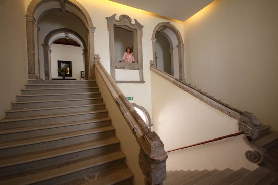 Pousada Convento Tavira : The beautiful staircase in the hotel