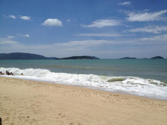 Hilton Sanya Yalong Bay Resort & Spa: beach at noon