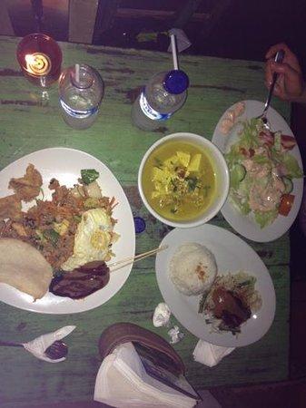 Warung Little Bird: nasi goreng special & home salad & veggie white curry