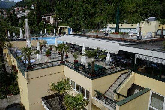 Hotel Campione: Вид из номера на ресторан и бассейн