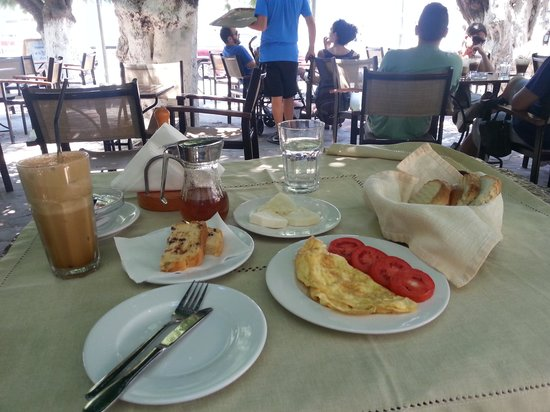 Patras' Apartments: breakfast