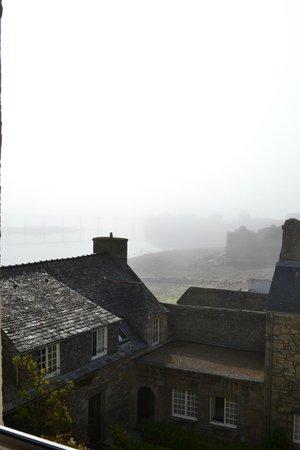 Ibis Roscoff Bord de Mer : La brume sur le port à 6h du matin