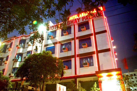 Hotel Abhay Palace: Front Facade