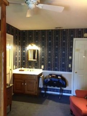 The Eagle Harbor Inn: Vanity area next to bathroom door