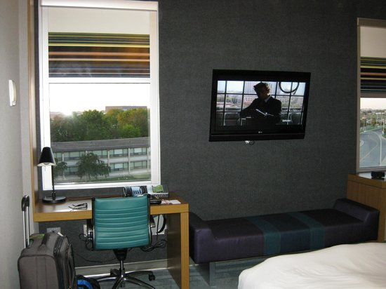 Aloft Montreal Airport: Room