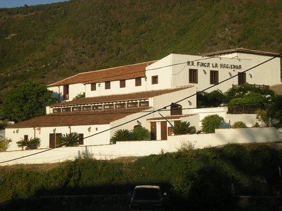 Finca La Hacienda Rural Hotel : l'hotel visto dalla piazza