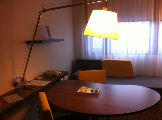Novotel Suites Paris Roissy CDG: large desk to work