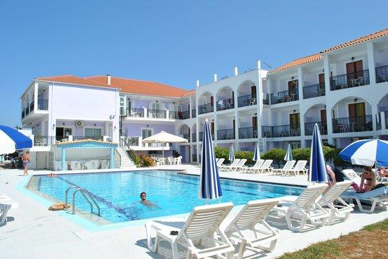 Eleana Hotel: Lato interno dell'hotel con piscina