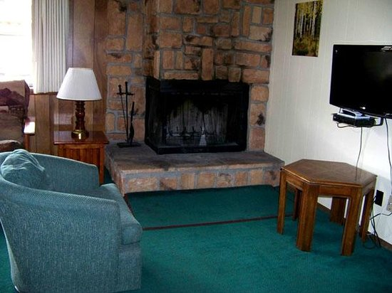 Ponderosa Lodge: Fireplace