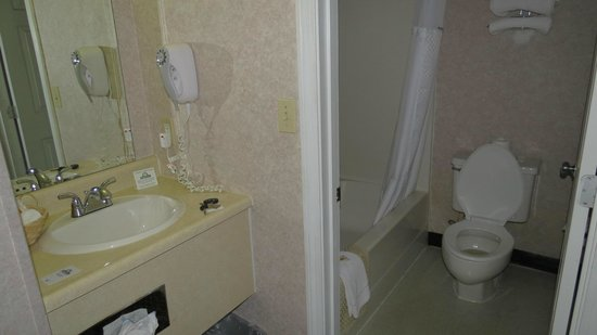 Days Inn Airport/Maine Mall: bathroom