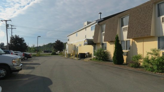 Days Inn Airport/Maine Mall : back of hotel