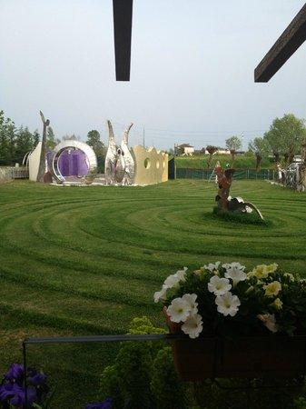 B&B Espressione Arte : giardino con sculture