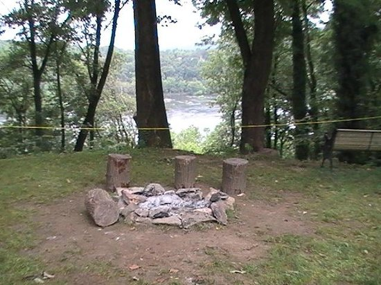 HI Knoxville Harpers Ferry : campfire ring with a view of the Potomack River