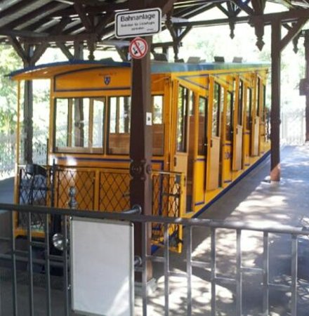 1888 Nerobergbahn Funicular : The Nerobergbahn sits in the station waiting to assend