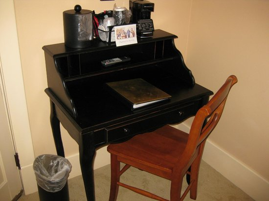 Chamberlin Inn: desk
