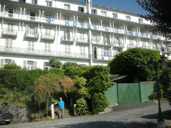 Grand Hotel de la Grotte: Grand Hôtel de la Grotte avec ses terrasses de chambres vue sur le jardin, le Gave & les Sanctua