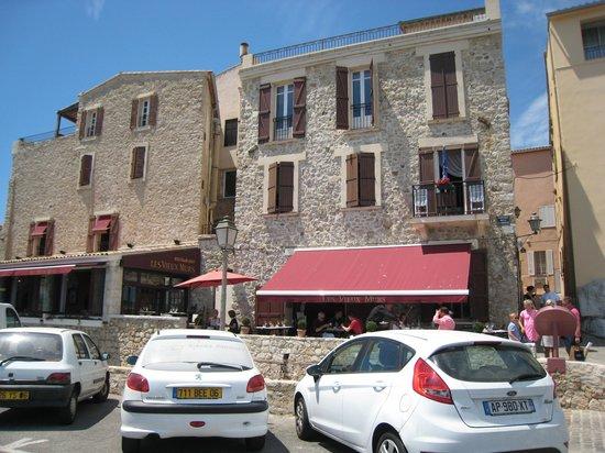 Les Vieux Murs : Facade du Resto, coté terrasse