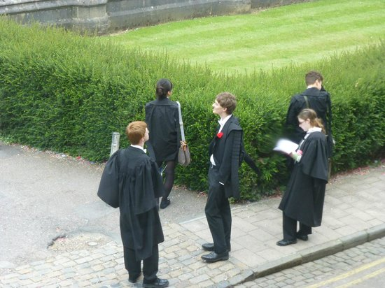 Mercure Eastgate Oxford: Students getting ready for exams across from Mercure