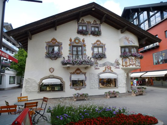 Pension Krinserhof: One of the artisanal painted buildings in town.