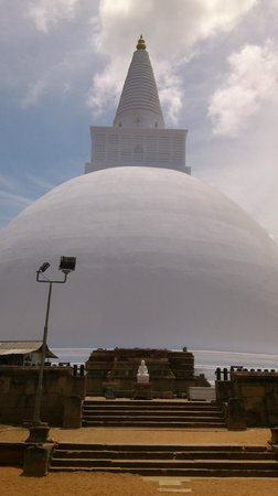 Mirisaveti Stupa: The huge white stupa