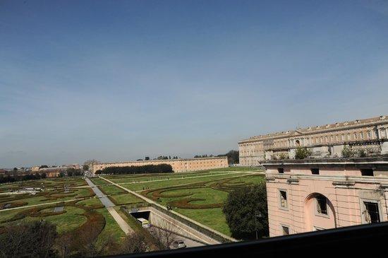 Hotel Royal Caserta: Giardini di fronte la Reggia