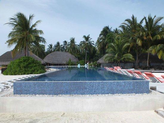 Kuramathi Island Resort: Infinity pool