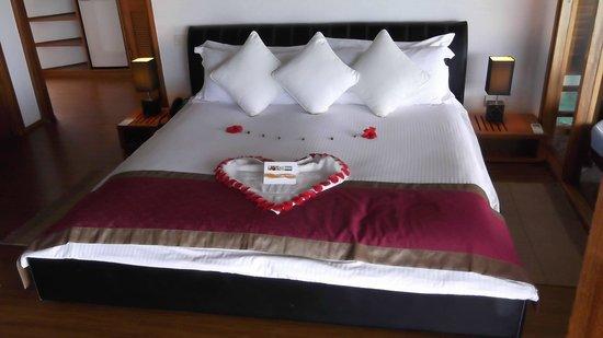 Kuramathi Island Resort: Welcome display on bed