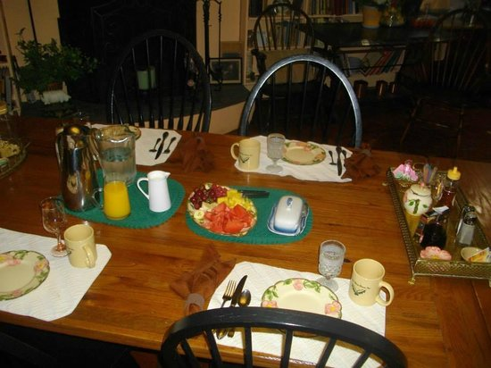 Holly Thorn House: Fresh fruit, juice and coffee at breakfast