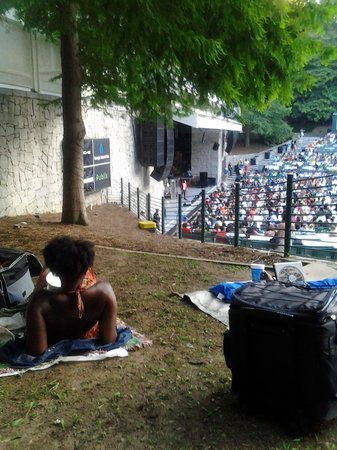 Chastain Park Amphitheater: chilling on the lawn