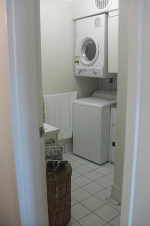 Marina Terraces Holiday Apartments: Washer and dryer in room.