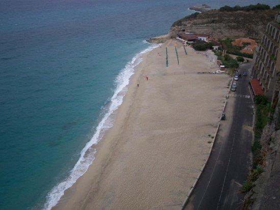 Plage de Tropea : La playa vacía desde un lugar alto