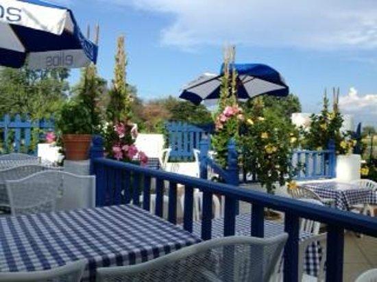 Periyali Greek Taverna: outdoor patio