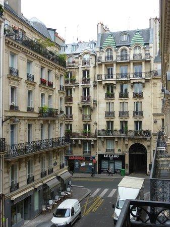 Le Cardinal Hotel: une autre vue de la rue Mercier vers la rue de Clichy