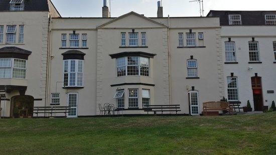 Winford Manor: Vue de l'hôtel depuis le jardin