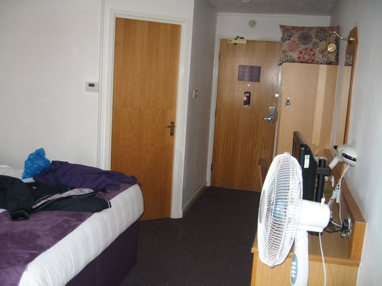 Premier Inn Blackpool (Beach) Hotel: hotel room