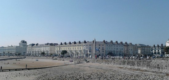 Merrion Hotel: Looking towards hotel area from pier