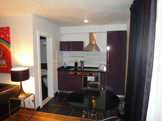 Divota Apartment Hotel: Küche und Essbereich