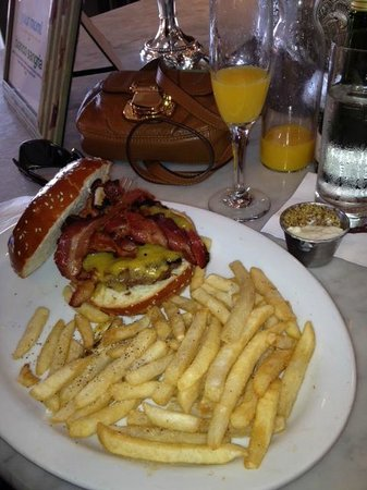 Alcove Cafe & Bakery : bacon burger