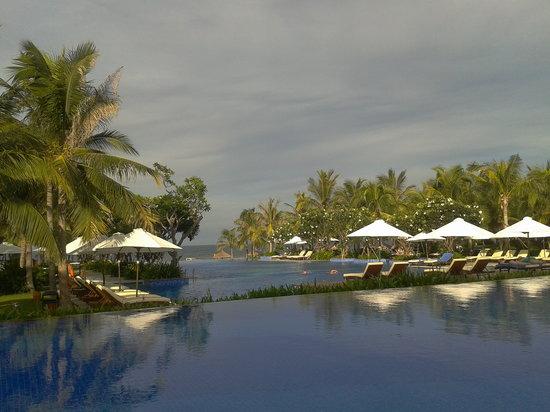 Vinpearl Da Nang Resort & Villas : view of the main pool near sunset