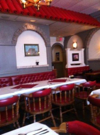 Dino's Restaurant: dining room