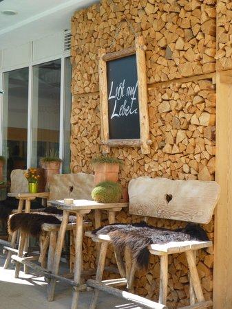 HUBERTUS Alpin Lodge&Spa: Hier in der Sonne einen Kaffee trinken - traumhaft!