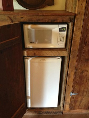 Beaver Lake View Resort: Microwave and fridge in lower level