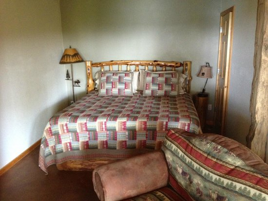 Beaver Lake View Resort: Queen size bed in lower level.