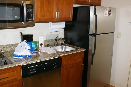 Candlewood Suites El Paso North: Full kitchen with fridge, microwave, stovetop, sink