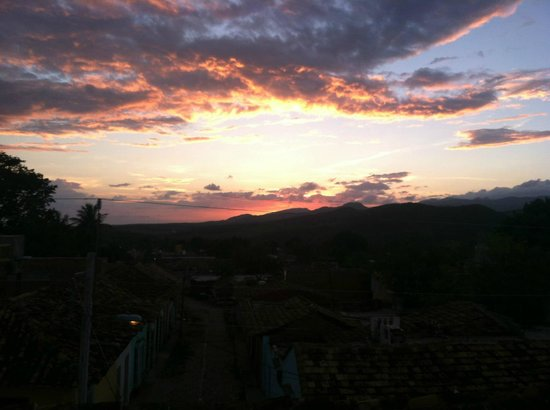 Casa Hospedaje Jesus Fernandez : Sunset from one of the rooftop terraces overlooking the mountains.