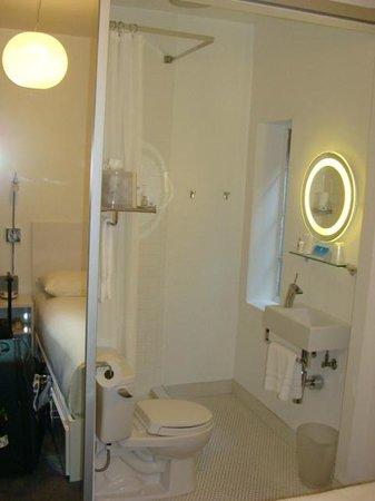 The Varden Hotel: Banheiro no quarto