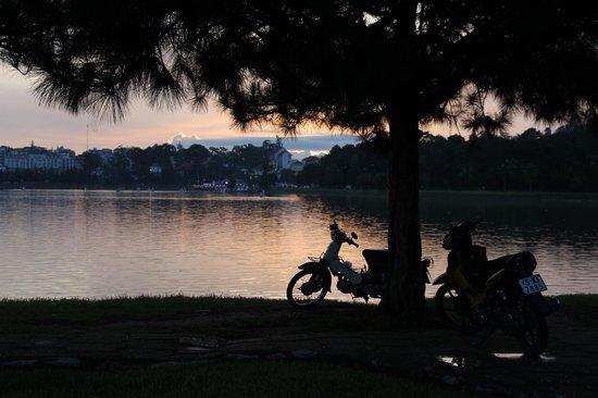 Xuan Huong Lake: Ho Xuan Huong Sunset