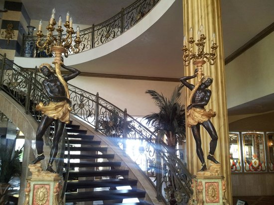 Victoria Palace Hotel & Spa : Victoria Palace hotel (stairs to 2nd floor)